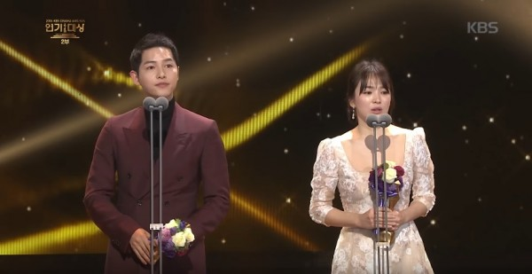 """""""Descendants of the Sun"""" stars Song Joong Ki (L) and Song Hye Kyo (R) emotional after receiving the Grand Prize at the """"2016 KBS Drama Awards."""""""