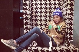 2NE1's Sandara Park dons a laidback attire of sneakers and jeans with a sweater and cap.