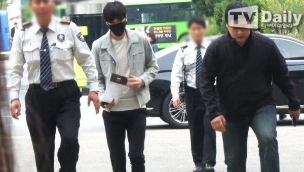 Lee Min Ho arrives at the Gangnam government office in Seoul for the first day of his military service.